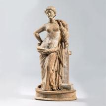 Hermára támaszkodó Aphrodité vállán Eróssal