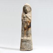 Terrakotta álló nőalak Tyrosból